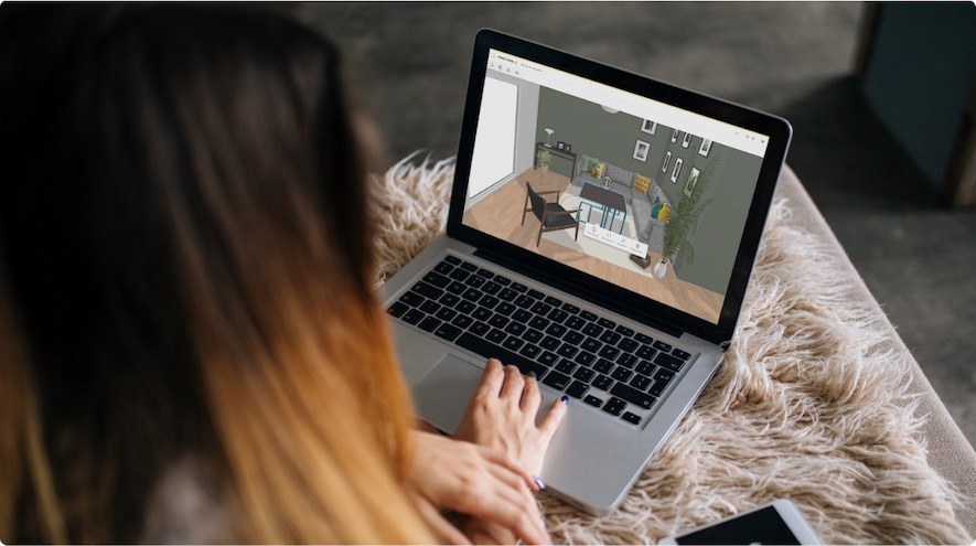 A woman on a computer looking at her 3D project on Homebyme desktop version